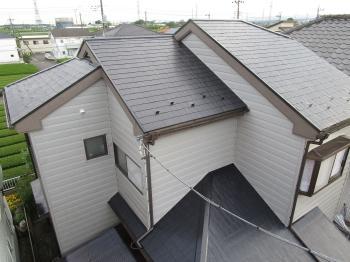 傷んでいた屋根の色を変えることにより、イメージもかわって、綺麗になりました。