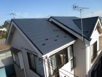 遮熱性に優れた屋根材でカバー工法を行い、夏は涼しく冬は暖かいお家にリフォーム完了です。