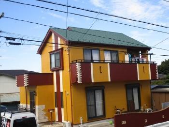 黄色の外壁に赤白のアクセントがおしゃれな、素敵なお家に塗り替えがされました。