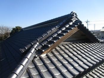日本瓦の良さを活かした葺き替えと外壁リフォームにより、まるで新築のような外観に生まれ変わりました。