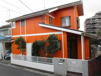 鮮やかなオレンジが目を引く明るいお家が完成しました!