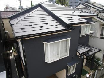 古くなった瓦屋根から一新してスタイリッシュな屋根、そして外壁に生まれ変わりました!