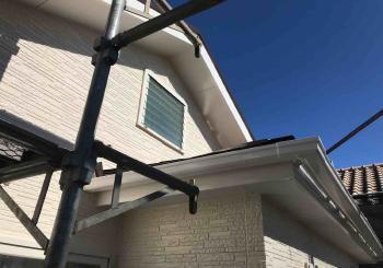 コケだらけだった外壁を洗浄し高耐久なフッ素樹脂塗料で耐久性も向上しました!