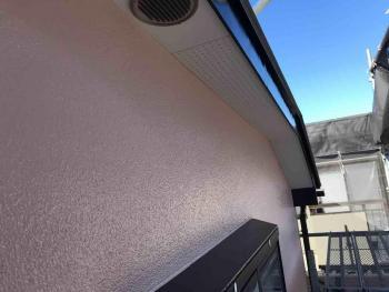 フッ素樹脂塗料により耐久性の高い外壁に、傷んだ破風もすっきりとキレイにリフォームされました!