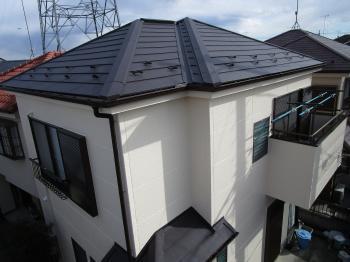 断熱性の高いガルバリウム鋼板屋根でカバー工事を行い、雨風や地震に強い住宅にリフォームされました!