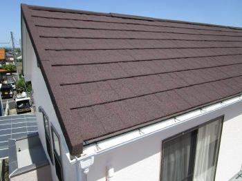 傷んだスレート屋根材から天然石ストーンの加工されたGL鋼板屋根材のカバー工事で、耐久性も高くデザイン性も良い屋根にリフォームされました!